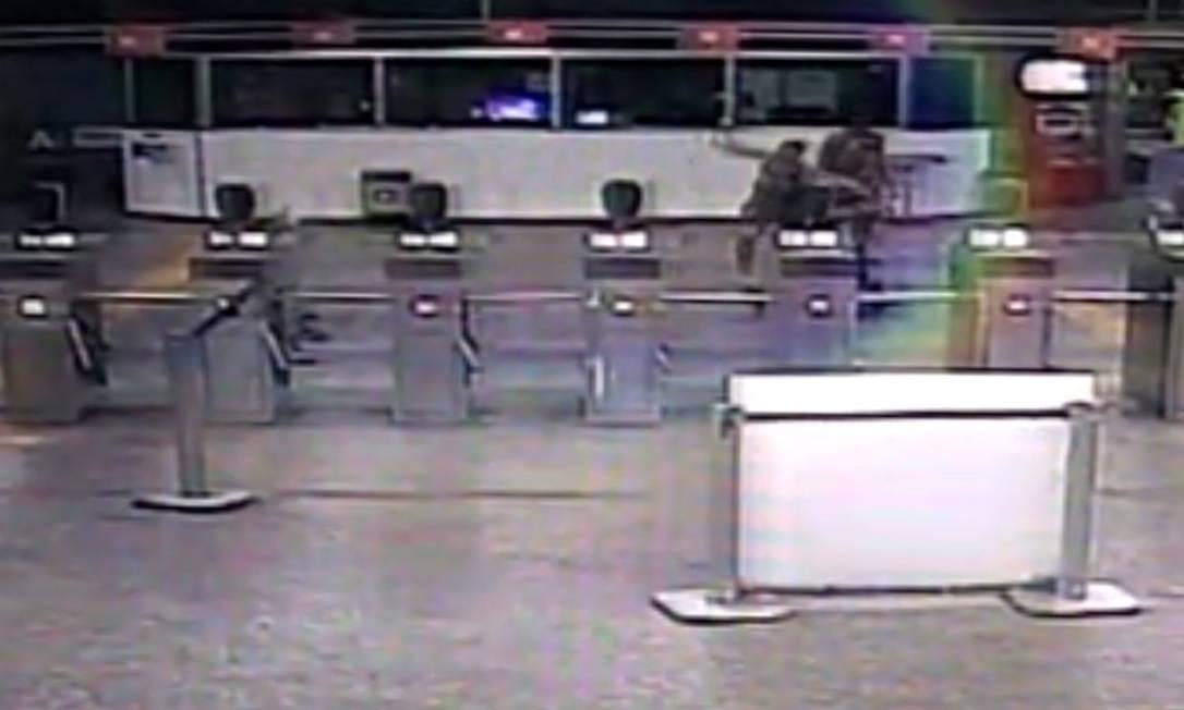 Homens espacam agente do Metrô na Estação Coelho neto Foto: Reprodução / reprodução
