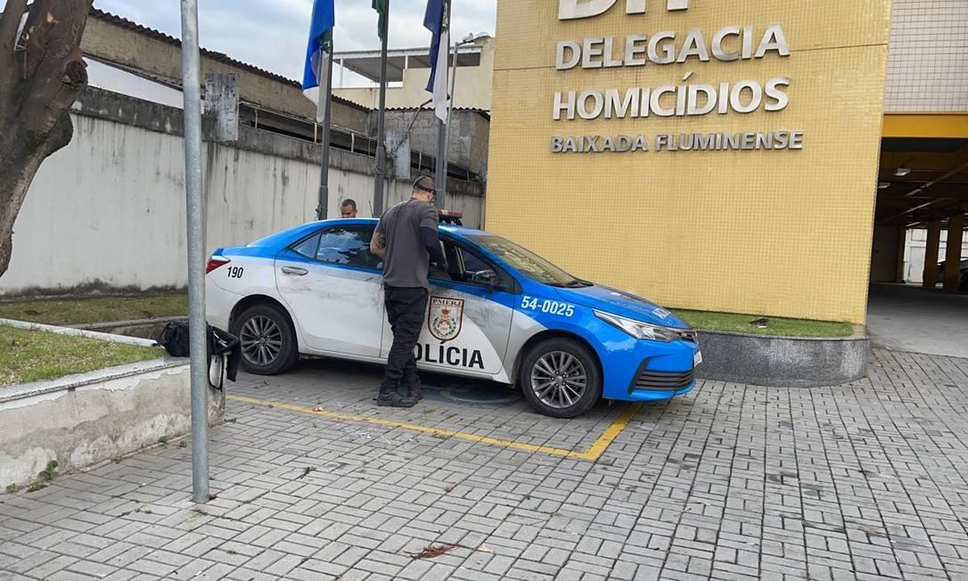 Viatura da PM onde cabo e sargento da corporação foram atacados em Nova Iguaçu; os dois morreram Foto: Reprodução