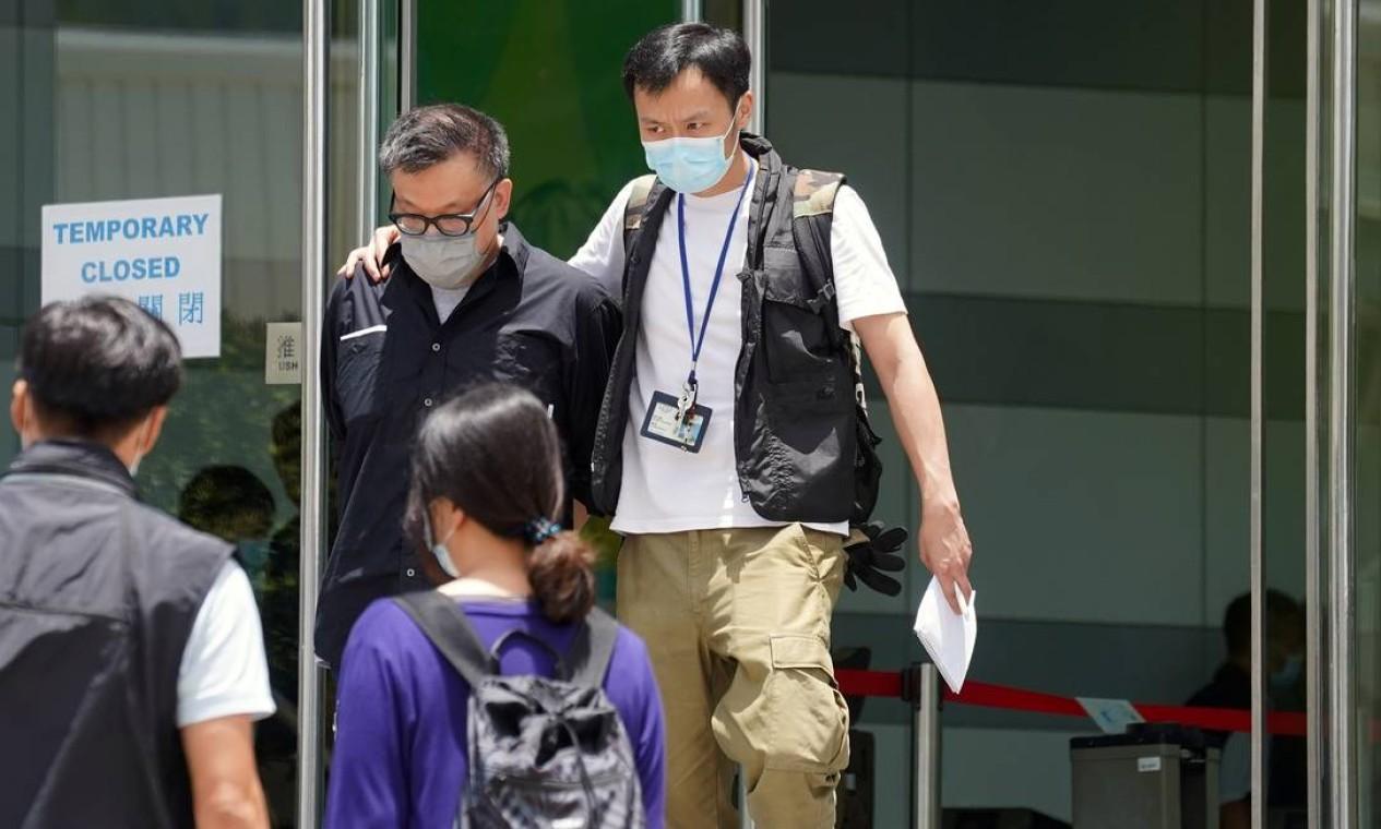 Policiais do departamento de segurança nacional escoltam o Diretor da Apple Daily Digital Platform, Cheung Chi-wai, Foto: LAM YIK / REUTERS