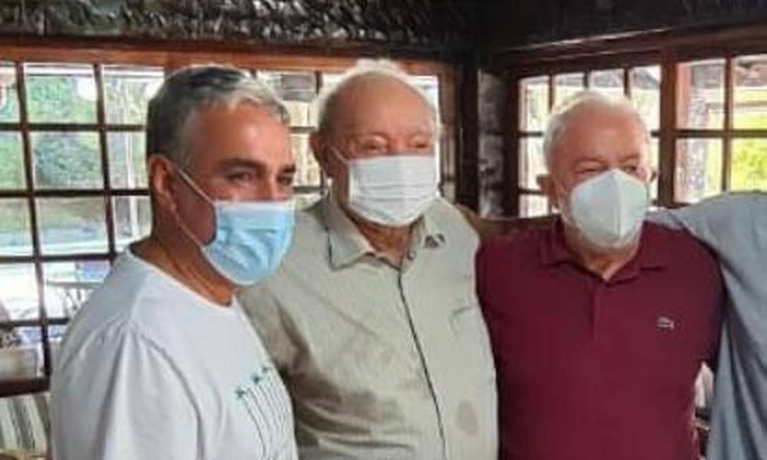 Lula (à direita) posa para foto com o bispo Manoel Ferreira (ao centro), líder da Assembleia de Deus de Madureira, e com André Ceciliano, presidente da Alerj Foto: Reprodução
