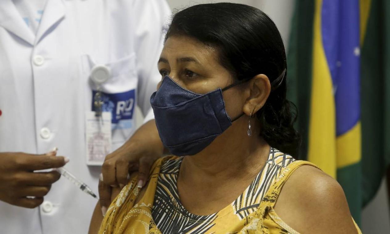 Ana Lúcia, de 59 anos, foi uma das primeiras cariocas vacinadas pelo critério de idade, na Clínica da Família da Rua do Bispo, na Tijuca, Zona Norte do Rio Foto: Fabiano Rocha / Agência O Globo - 31/05/2021