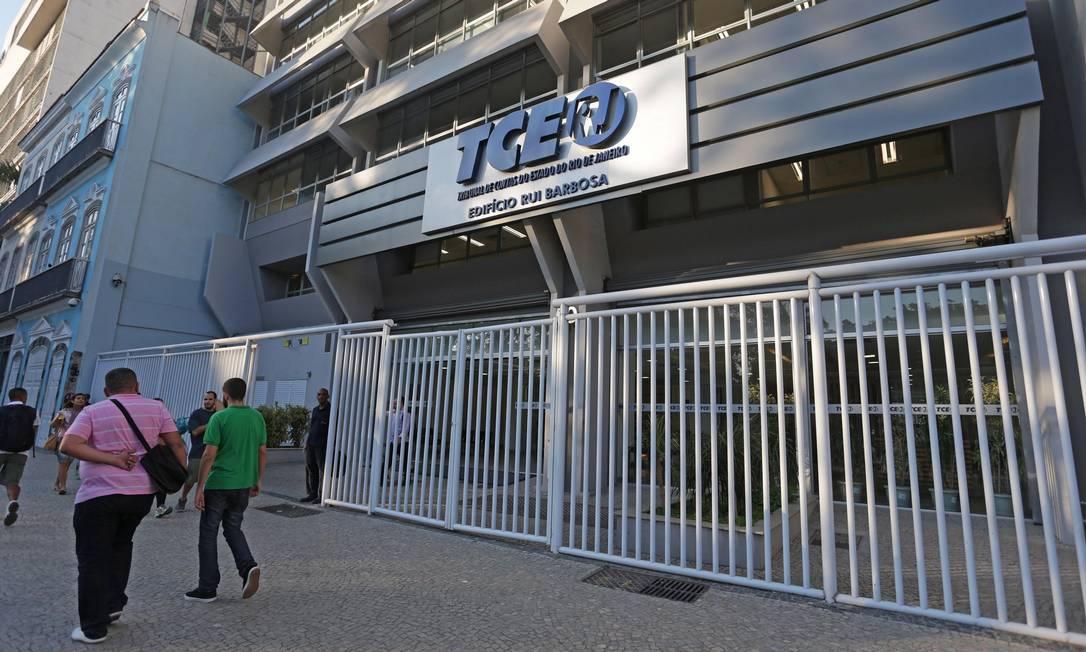 A entrada do prédio do TCE, no Centro do Rio Foto: Márcio Alves/31.07.2015 / Agência O Globo
