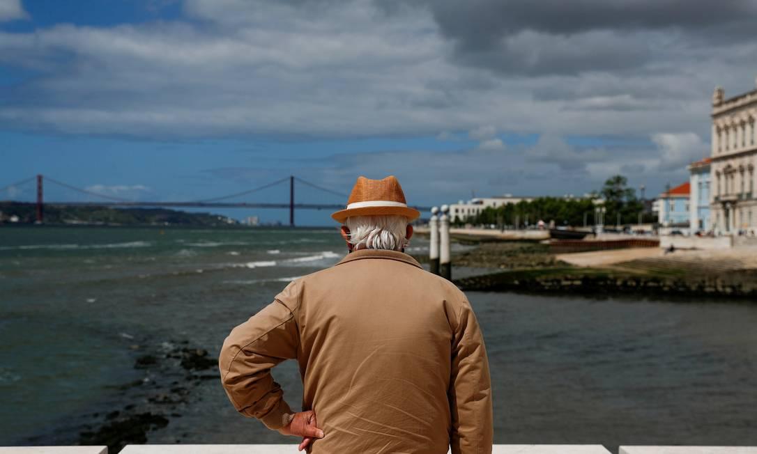 Homem na Praça do Comercio, em Lisboa, durante a pandemia da Covid-19 Foto: PEDRO NUNES / REUTERS