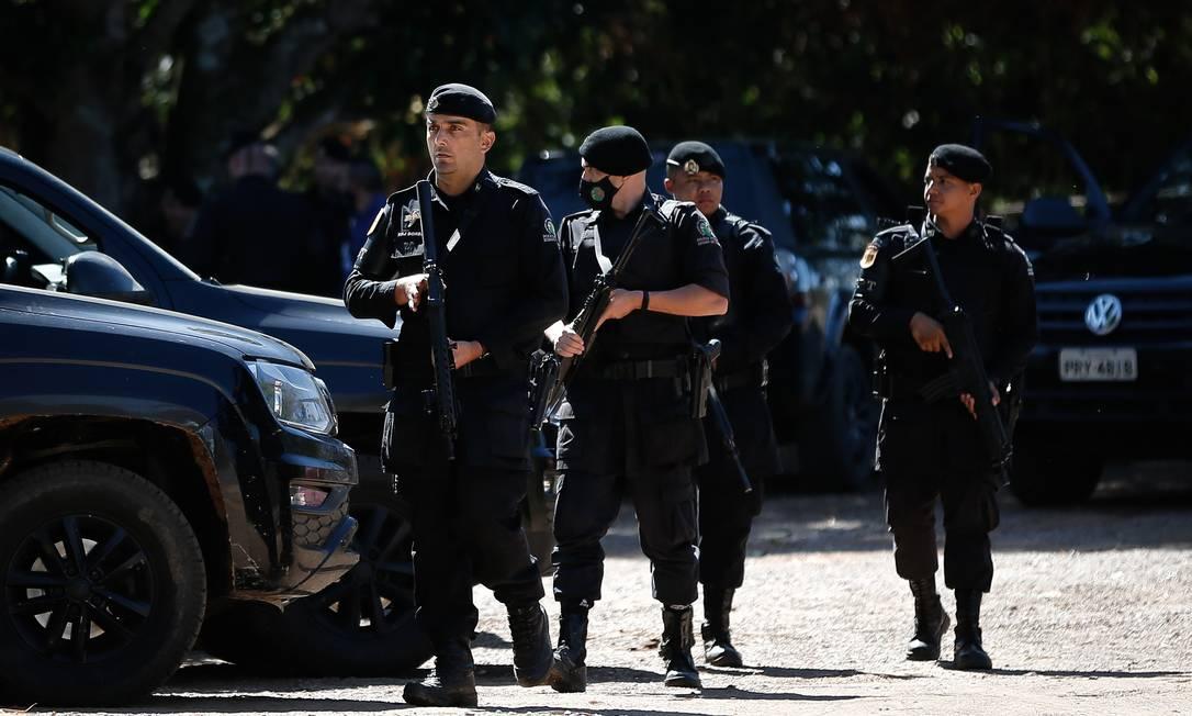 Policiais fazem buscas na BR-070 Foto: Pablo Jacob / Agência O Globo