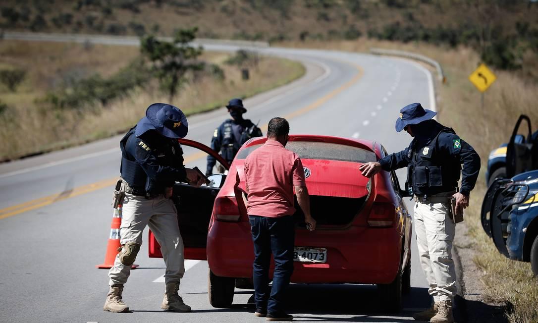 Polícia Rodoviária Federal fez blitz na BR-070 tentnado interceptar o serial killer Lázaro Barbosa Foto: Pablo Jacob / Agência O Globo