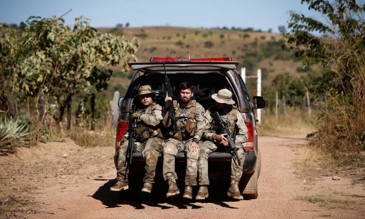 Polícia foi acionada por vítima que conseguiu pedir socorro, depois de ser sequestrada para uma região de mata de Cocalzinho Foto: Pablo Jacob / Agência O Globo