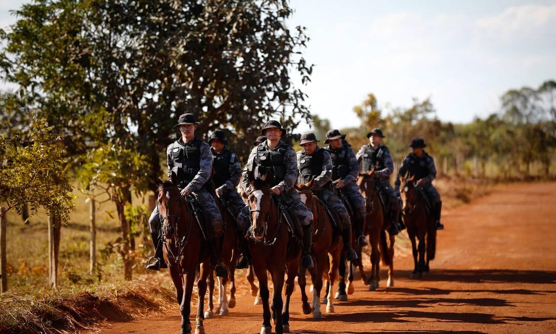 Cavalaria da polícia faz buscas por Cocalzinho Foto: Pablo Jacob / Agência O Globo