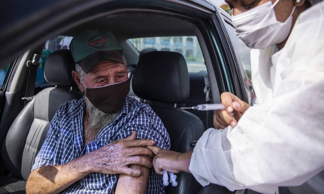 João Oliveira, 71 anos, se vacinou no posto de Caxias (RJ) Foto: Maria Isabel Oliveira / Agência O Globo