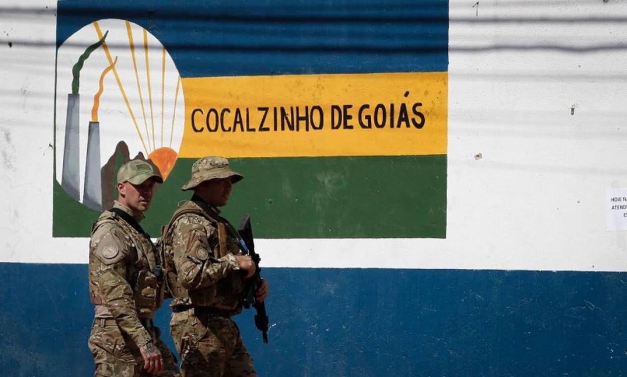 Policiais patrulham nas ruas de Cocalzinho de Goiás durante buscas pelo serial killer Lazáro Barbosa Foto: Pablo Jacob / Agência O Globo