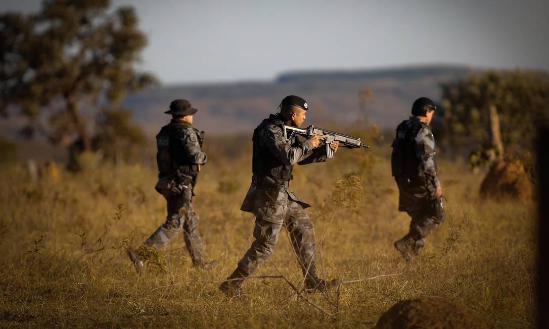 Policiais Militares de GO, do DF e agentes da Polícia Rodoviária Federal fazem buscas na BR-070 Foto: Pablo Jacob / Agência O Globo