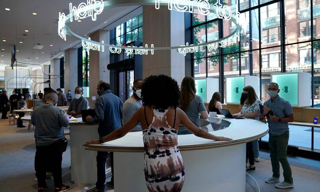 Pessoas na nova loja do Google em Nova York: gigante das buscas de olho na diversidade Foto: TIMOTHY A. CLARY / AFP