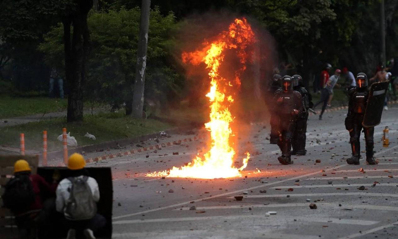 Manifestantes enfrentam tropas de choque durante novo protesto contra o governo em Cali, Colômbia. A cidade se tornou o epicentro do levante popular no país Foto: PAOLA MAFLA / AFP