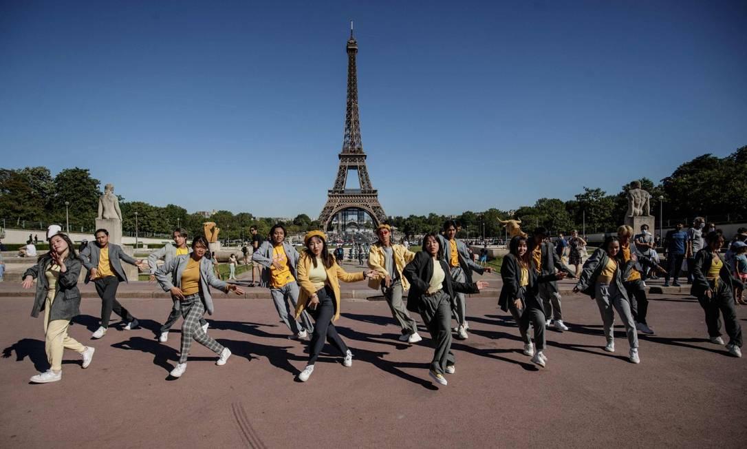 Grupo de dança faz apresentação em frente à torre Eiffel, em Paris Foto: SAMEER AL-DOUMY / AFP