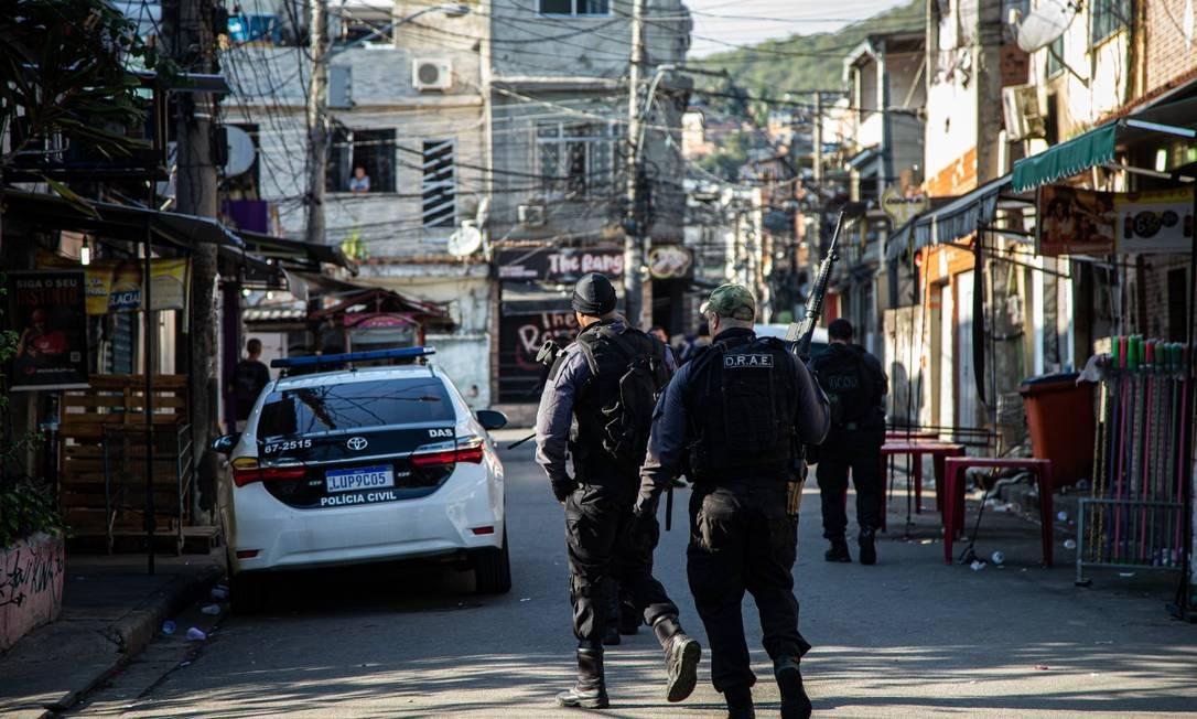 Operação desta sexta-feira, no Compexo da Penha, Zona Norte do Rio Foto: Hermes de Paula / Agência O Globo