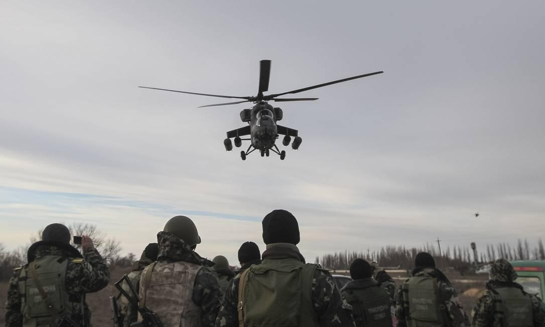 Helicóptero militar russo Mi-35 sobrevoa área próxima à região ucraniana de Kherson, na divisa com a Crimeia Foto: VALENTYN OGIRENKO / Reuters