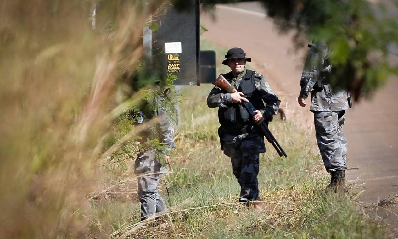 Dezenas de policiais reuniram-se em um ponto afastado da área rural de Girassol, povoado que fica em Cocalzinho de Goiás Foto: Pablo Jacob / Agência O Globo
