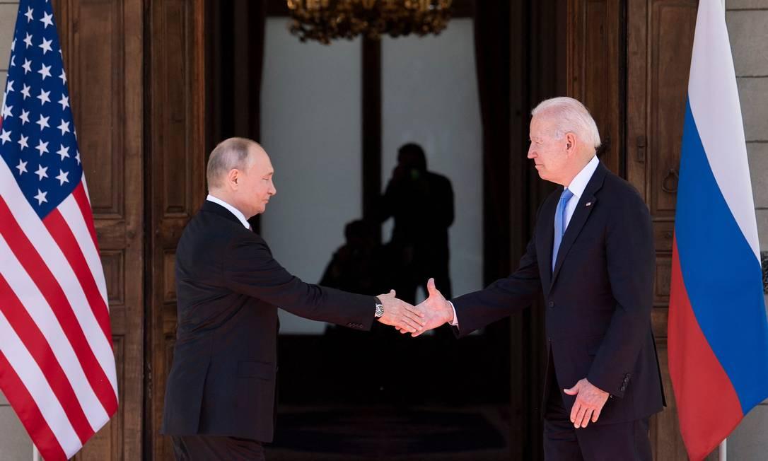 Russian President Vladimir Putin greets US President Joe Biden ahead of the US-Russia summit at Villa La Grange in Geneva Photo: Brendan Smylovsky / AFP