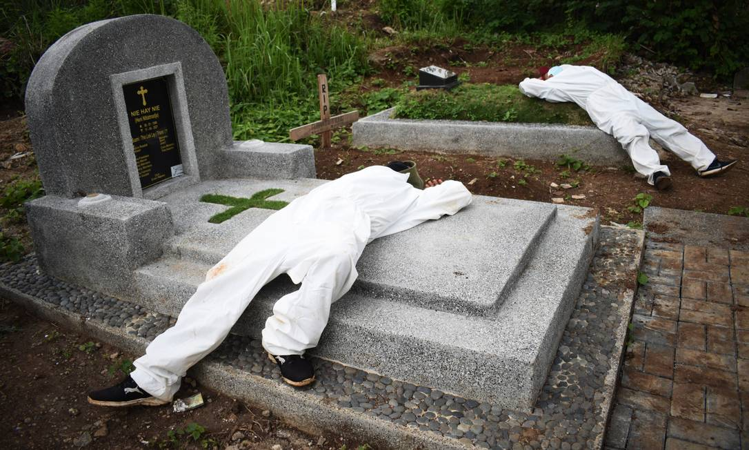 Exhausted graves rest between funerals at Govt-19 victims ceasefire in Indonesia Photo: Timur Matahari / AFP