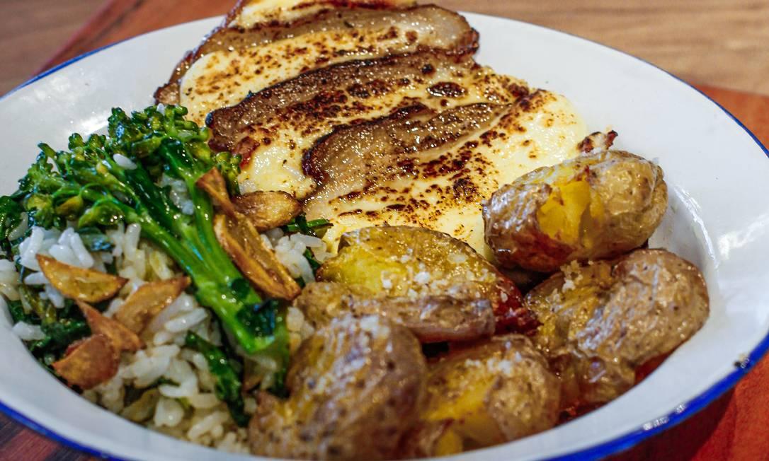 No É Giro, pernil assado lentamente e gratinado,acompanhado de arroz de brócolis e batatinhas ao murro por R$ 32 Foto: Divulgação