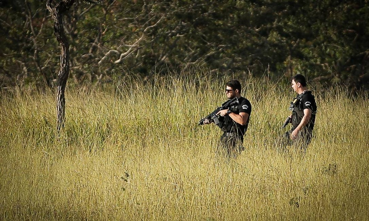 Este é o décimo dia de buscas. Criminoso vem conseguindo driblar os cerca de 200 policiais que o perseguem numa região de mata no município Foto: Pablo Jacob / Agência O Globo - 18/06/2021