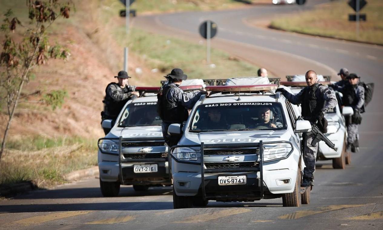 Cerca de 300 agentes das forças de segurança das policias militar, civil e federal de Goiás e do Distrito Federal continuam no encalço do serial killer Foto: Pablo Jacob / Agência O Globo