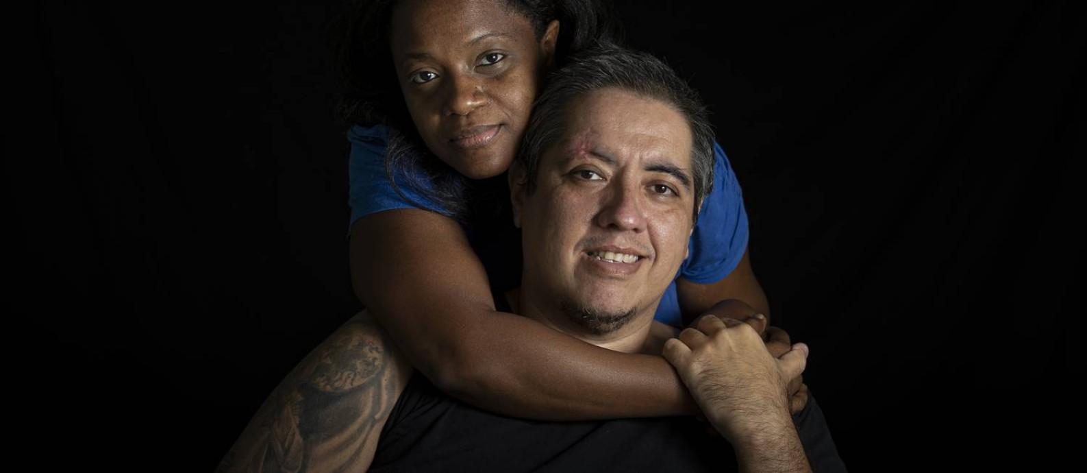Enfermeiro, Bruno Barbosa teve Covid-19 em março e ficou 10 dias intubado. Ele vive com a esposa Ludmila Oliveira e três filhos recém-adotados Foto: Márcia Foletto / Agência O Globo