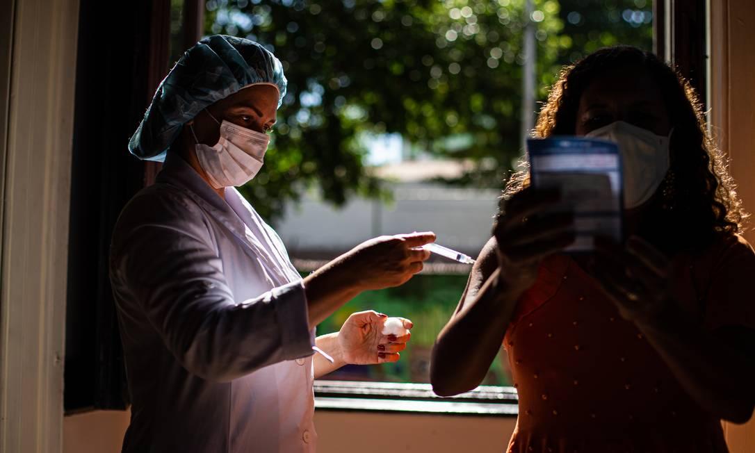 Vacinação em posto montado no Palácio do Catete, no Rio Foto: Hermes de Paula / Agência O Globo