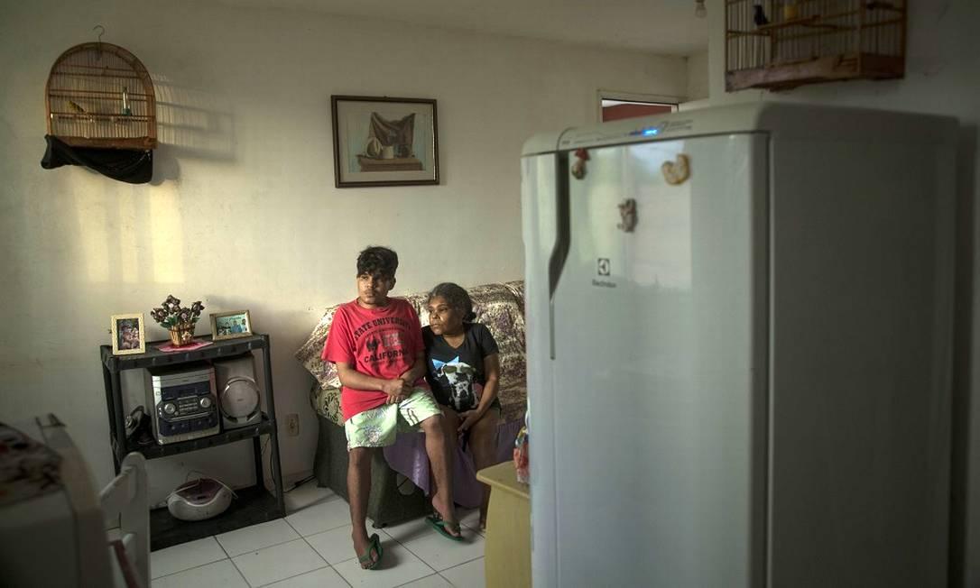Andrea Santos Pinheiro, de 50 anos, é mãe de Ryan Souza, de 16 anos, que perdeu direito à merenda; família vive com R$ 1.100 mensais e comer todo dia virou um desafio Foto: Guito Moreto / Agência O Globo