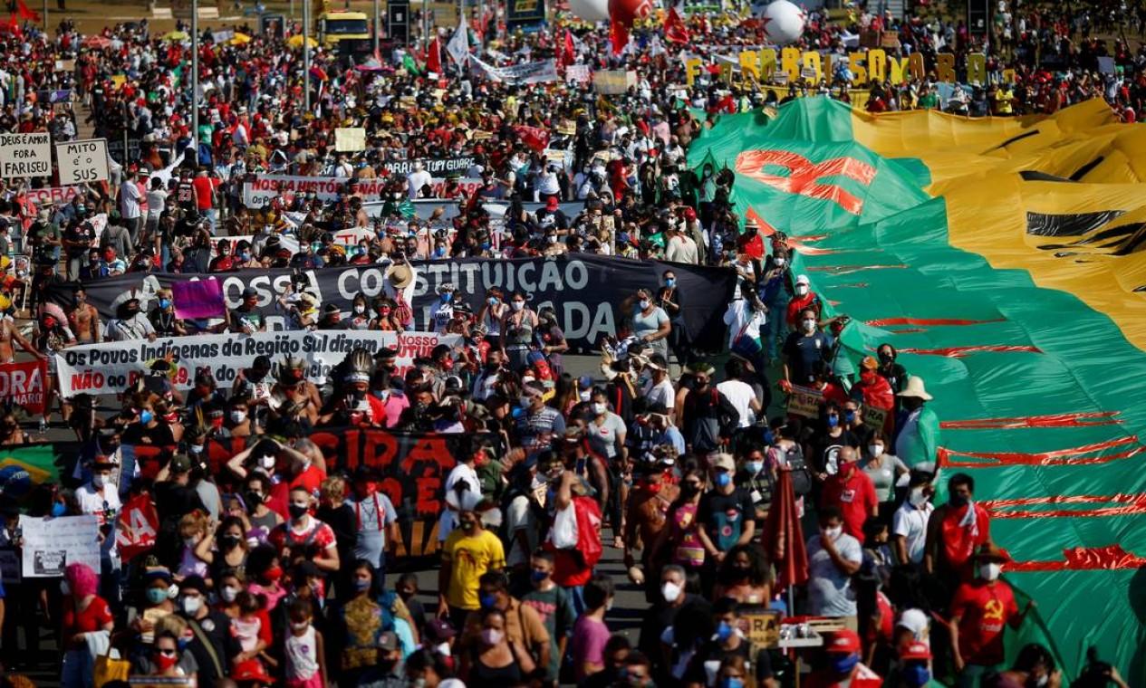 Pessoas participam de protesto contra 500 mil mortes na gestão da pandemia pelo governo Bolsonaro, em Brasília Foto: ADRIANO MACHADO / REUTERS