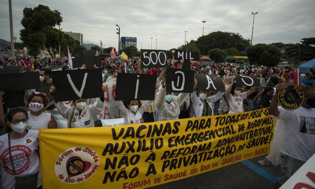 No Rio, manifestantes ocupam pista da Avenida Presidente Vargas, para protestar contra o governo Bolsonaro e as 500 mil mortes causadas ao longo da pandemia no país Foto: Guito Moreto / Agência O Globo