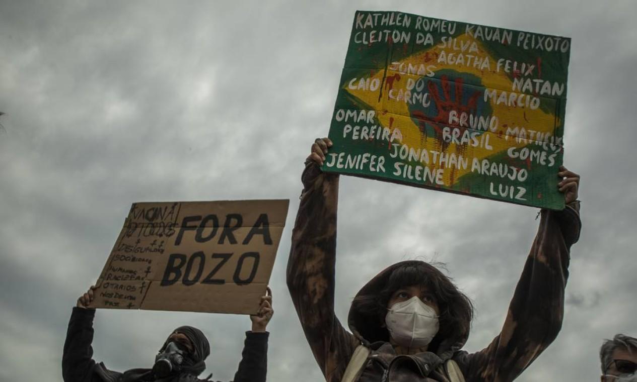 Manifestantes também exibem nomes de vítimas da violência no Rio de Janeiro durante ato contra o governo do presidente Foto: Guito Moreto / Agência O Globo
