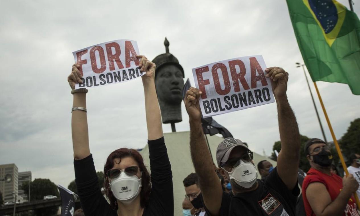 Manifestantes de concentram em frente ao monumento a Zumbi dos Palmares, na Avenida Presidente Vargas, para marchar até a igreja da Candelária, no Rio Foto: Guito Moreto / Agência O Globo
