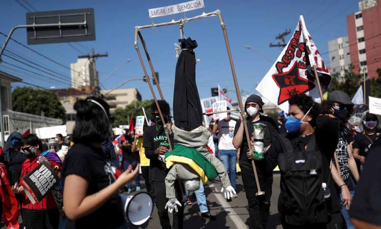 Boneco representando o presidente foi pedurado por manifestantes em Goiânia Foto: AMANDA PEROBELLI / REUTERS
