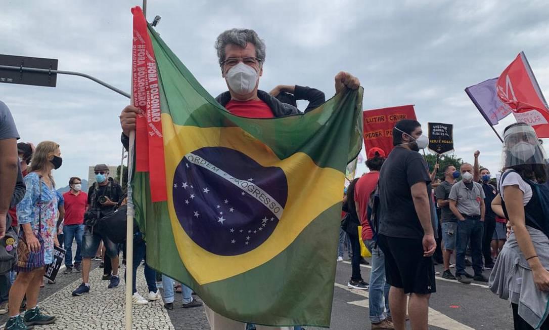 Paulo Betti com a bandeira do Brasil na manifestação no Centro do Rio Foto: Maria Fortuna
