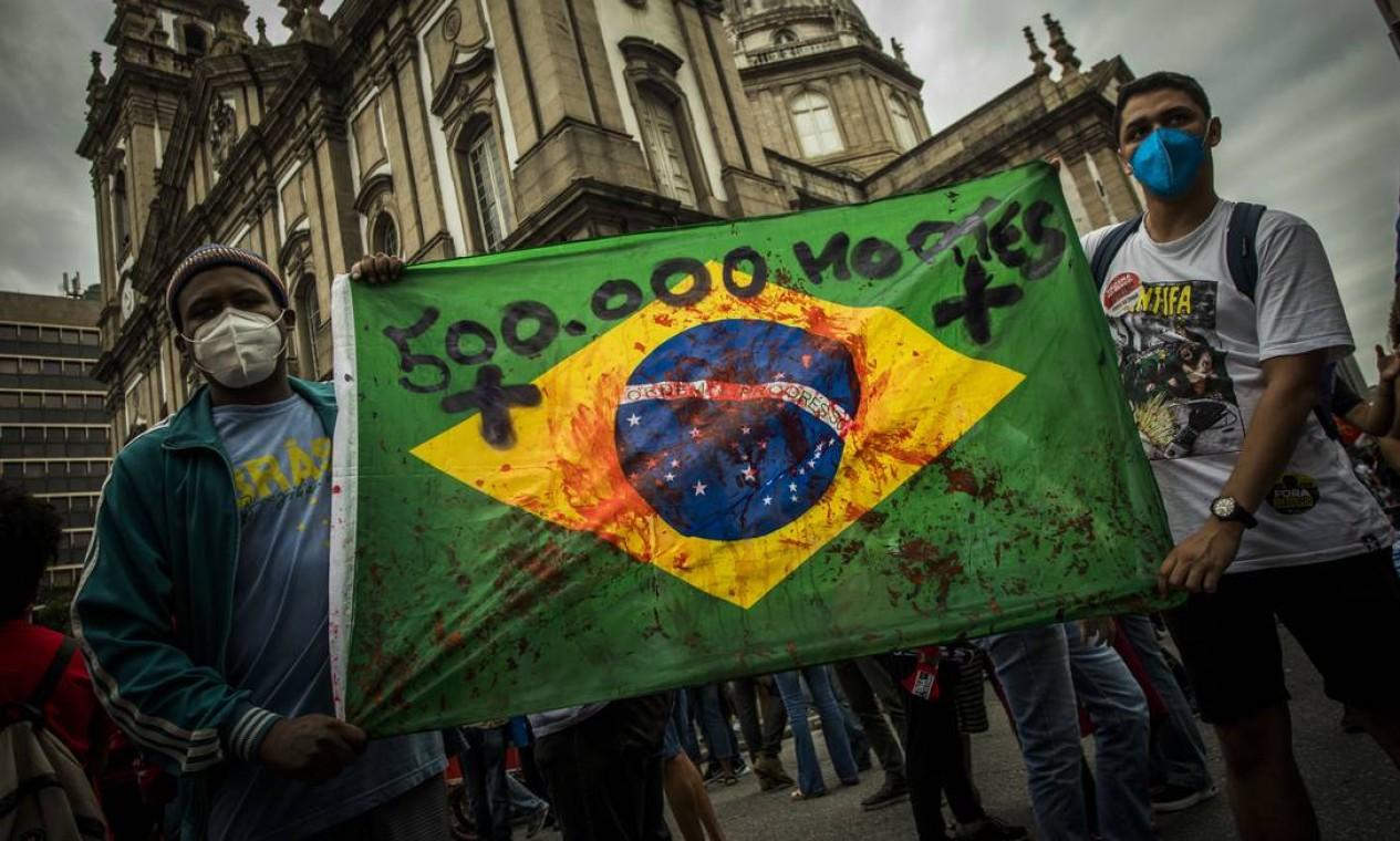 Atos pedem o impeachment de Bolsonaro e o avanço da vacinação em meio a críticas à gestão da pandemia no Brasil Foto: Guito Moreto / Agência O Globo