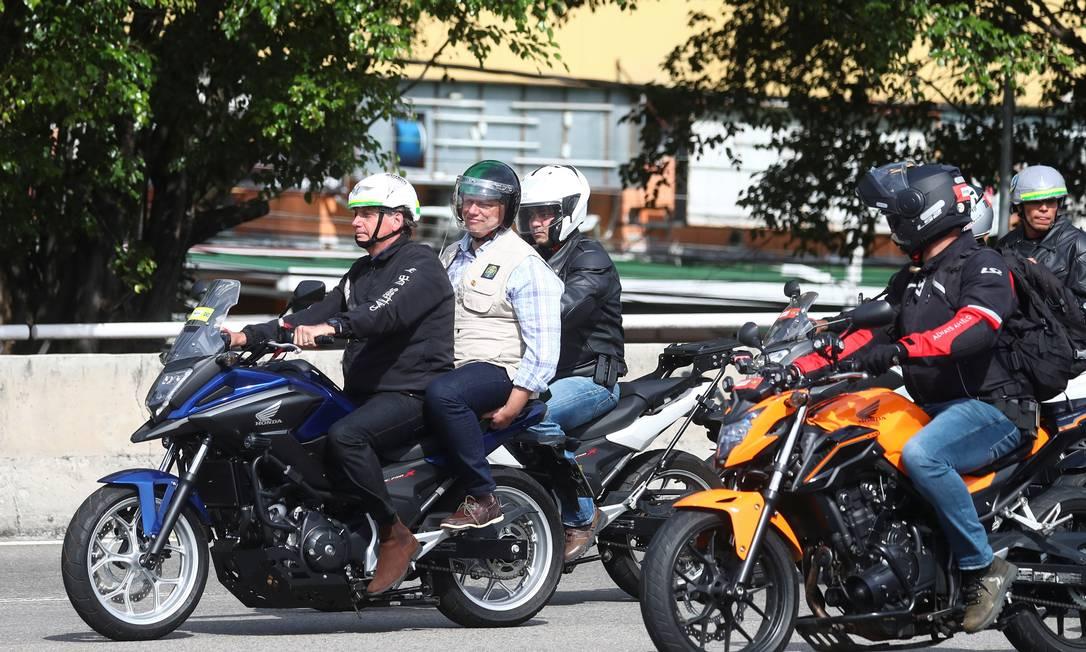 Tarcísio de Freitas acompanhou Bolsonaro em duas motociatas e foi tratado como candidato em SP Foto: PILAR OLIVARES / Reuters