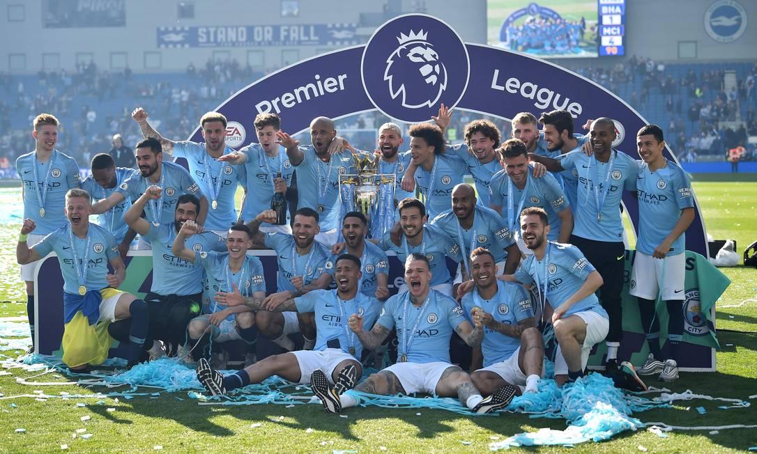 Jogadores do Manchester City posam com a taça da Premier League 2018-2019 Foto: GLYN KIRK/AFP/12.05.2019