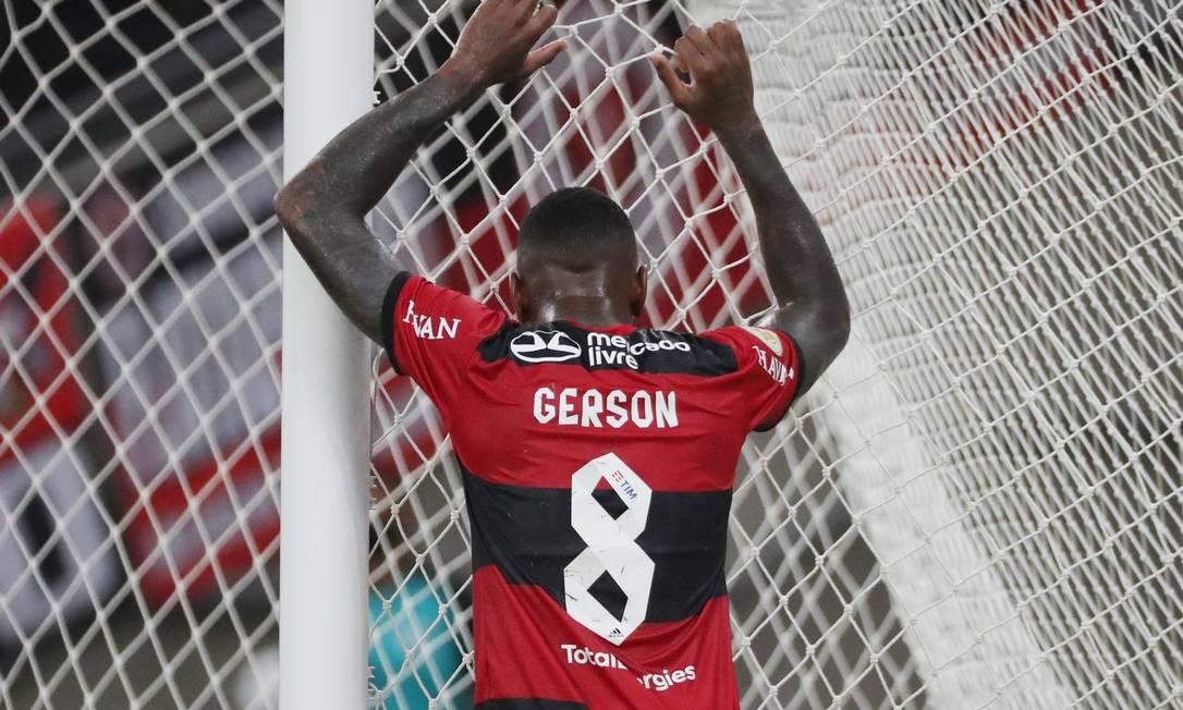Gerson não fez grande partida; no fim, saiu esgotado Foto: Sérgio Moraes/Reuters