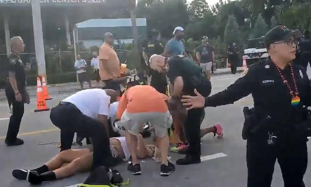 Manifestantes LGBTQs são atacados em desfile na Flórida, EUA Foto: Reprodução/Joey Spears / AFP