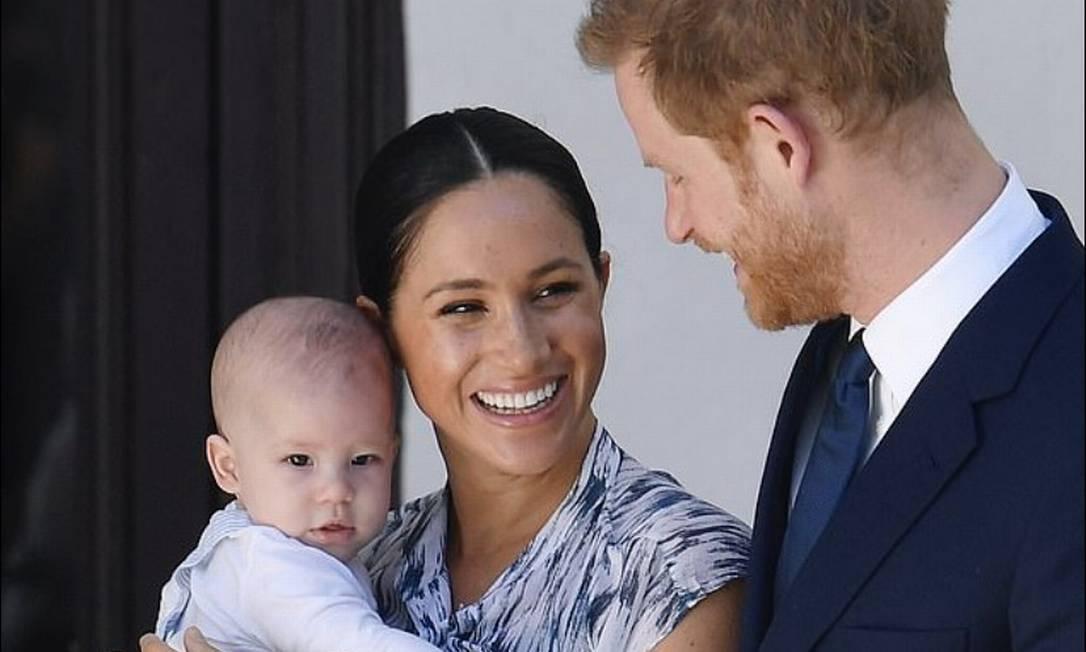 Meghan e Harry com o pequeno Archie no colo Foto: Reprodução / Daily Mail