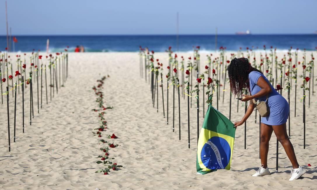 Protesto chamou a atenção de quem passou pela orla de Copacana Foto: Fabio Rossi / Agência O Globo