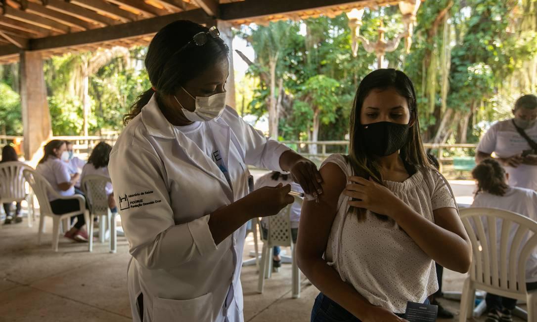 Vacinação em massa em Paquetá pretende descobrir efeitos da vacina da AstraZeneca. Foto: Brenno Carvalho em 20-06-02021 / Agência O Globo