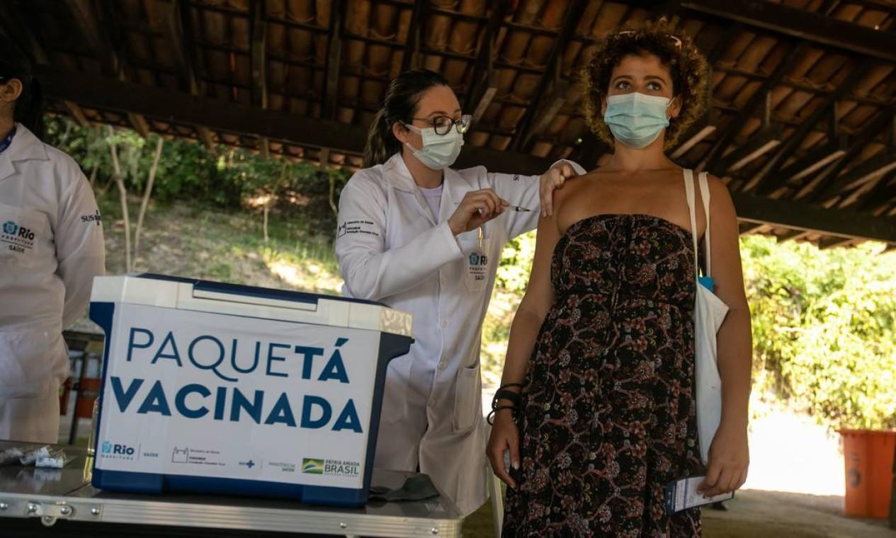 Moradores fizeram fila para tomar vacina logo de manhã Foto: Brenno Carvalho / Agência O Globo