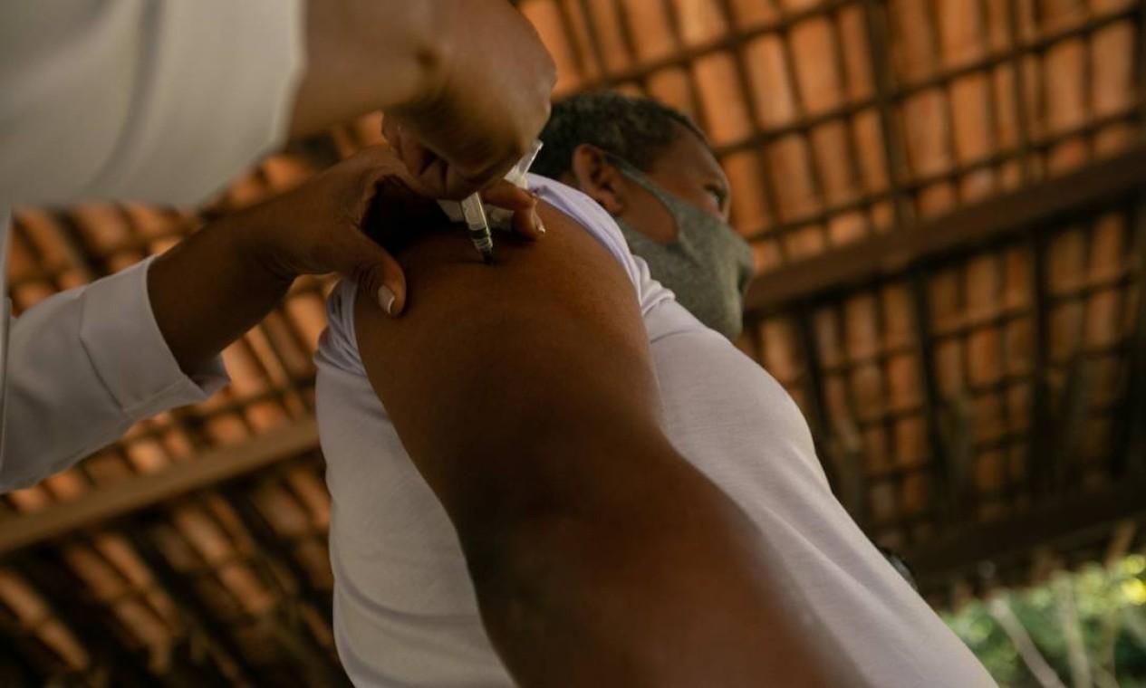 Objetivo do estudo é mensurar o impacto da vacinação em massa até em quem não foi imunizado, como crianças e adolescentes Foto: Brenno Carvalho / Agência O Globo