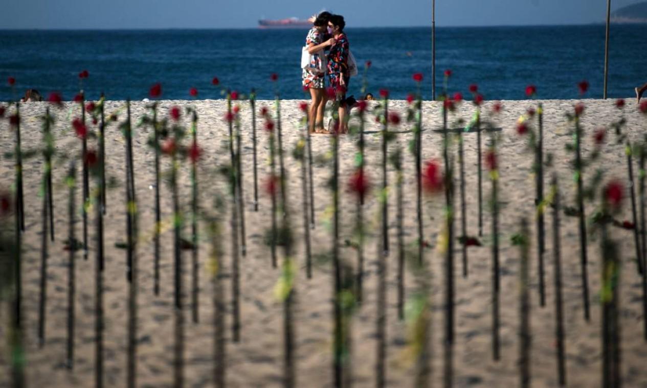 Quem passou pela praia de Copacabana na manhã desde domingo encontrou um imenso roseiral no trecho em frente à Avenida Princesa Isabel Foto: CARL DE SOUZA / AFP