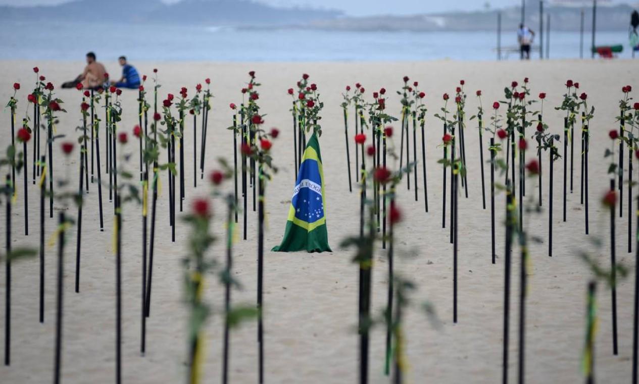 A flores foram arrumadas de um modo que deixasse um espaço vazio no meio do roseiral formando uma cruz apenas com a areia Foto: LUCAS LANDAU / REUTERS