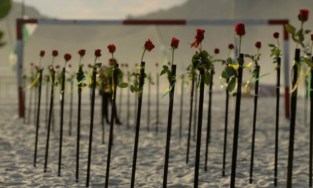 Flores vermelhas colocadas pela ONG Rio de Paz em homenagem às vítimas da Covid-19 no Brasil Foto: LUCAS LANDAU / REUTERS