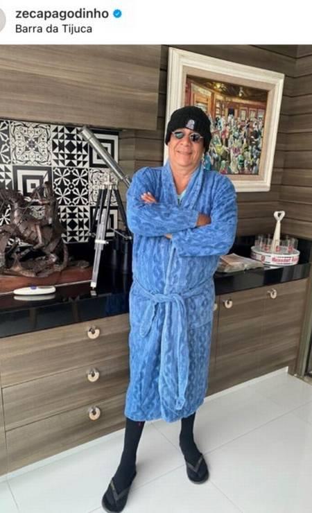 Zeca Pagodinho desfila com seu look de inverno em sua casa na Barra Foto: Reprodução da Internet