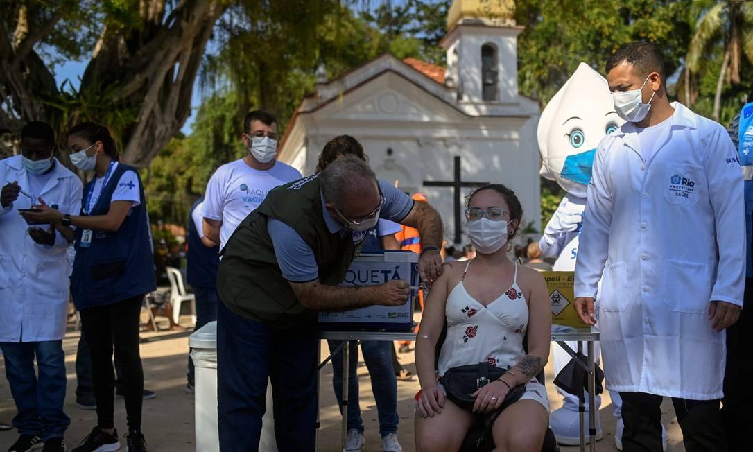 Ministro da Saúde, Marcelo Queiroga, aplica vacina contra Covid-19 em moradora de Paquetá Foto: ANDRE BORGES / AFP