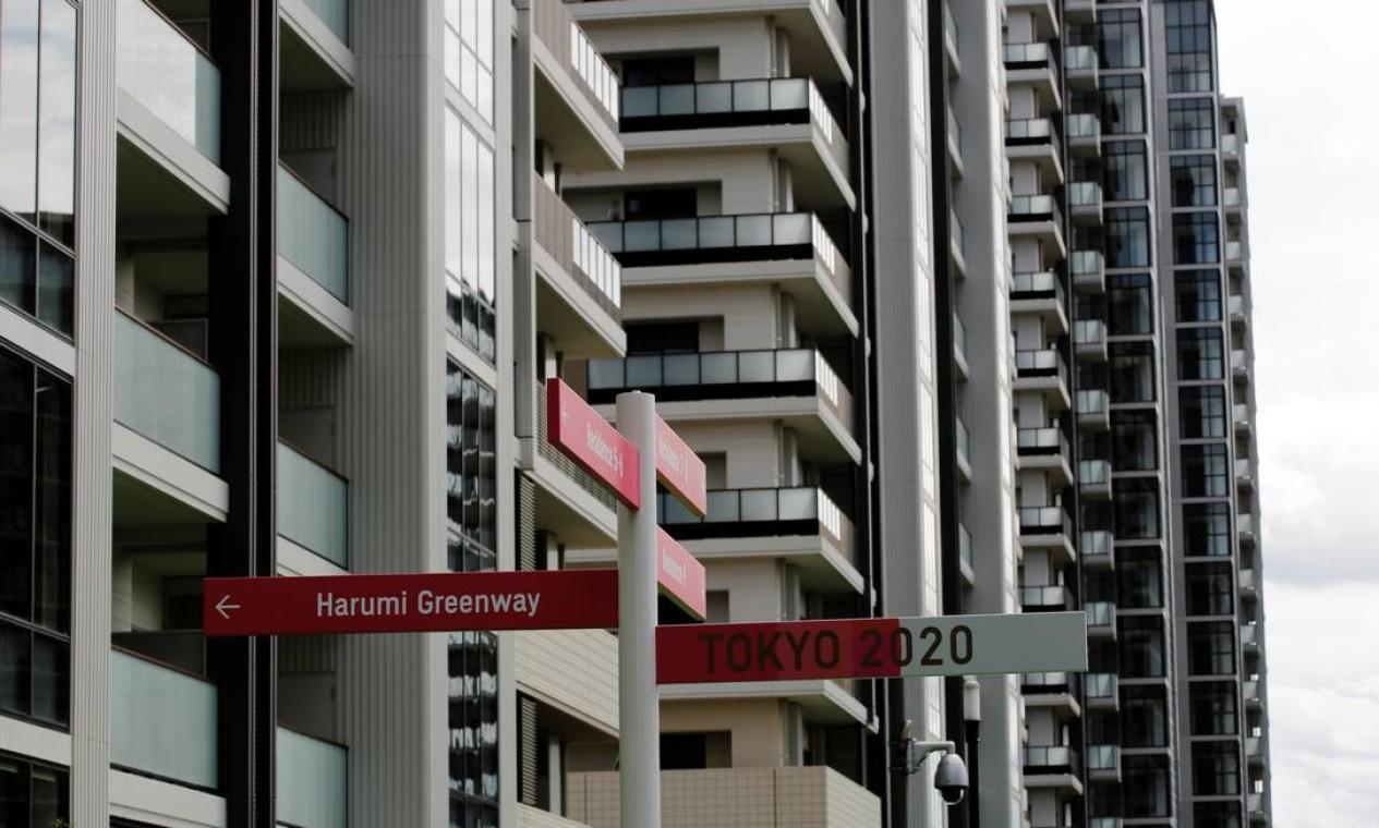 Placas de orientação posicionadas entre os prédios Foto: KIM KYUNG-HOON / REUTERS